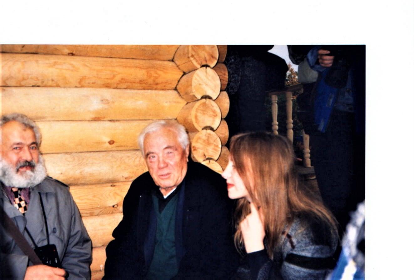 Фотография от Литвякова: Литвяков, Виктор Астафьев и Нина Краснова около церкви. Овсянка. 1998 г.