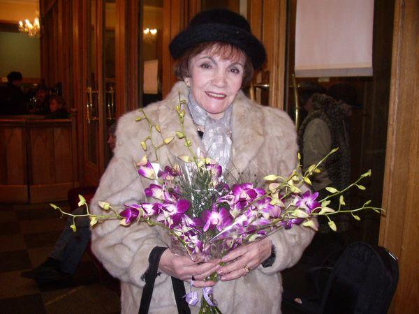 Римма Казакова с орхидеями. 26.01.2007. ЦДЛ.Фото Нины Красновой.