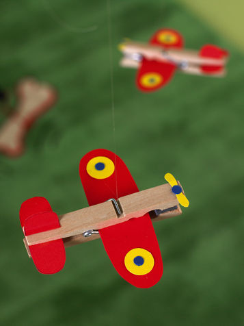 самолет из деревянной прищепки