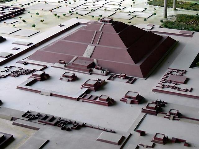 Teotihuacn__Modell_Sonnenpyramide1_resize