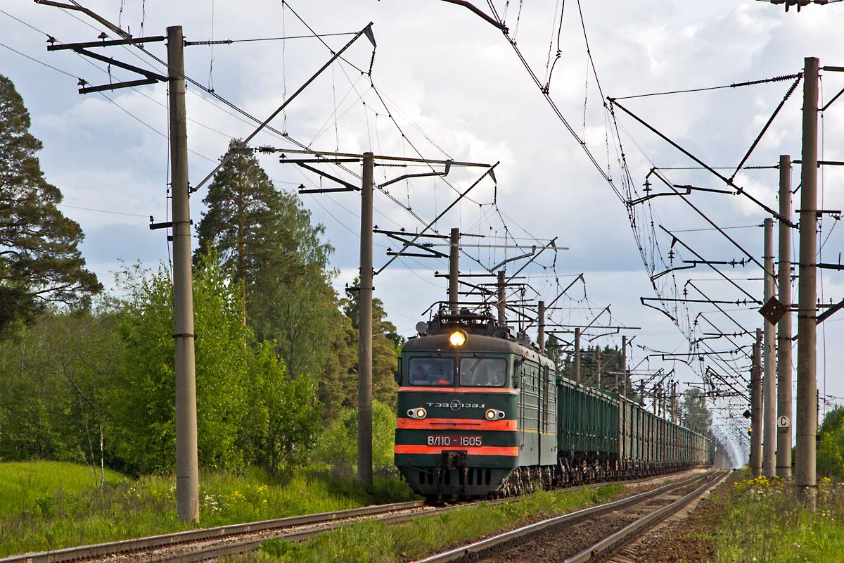 ВЛ10-1605 с грузовым поездом и очень приветливой локомотивной бригадой :)