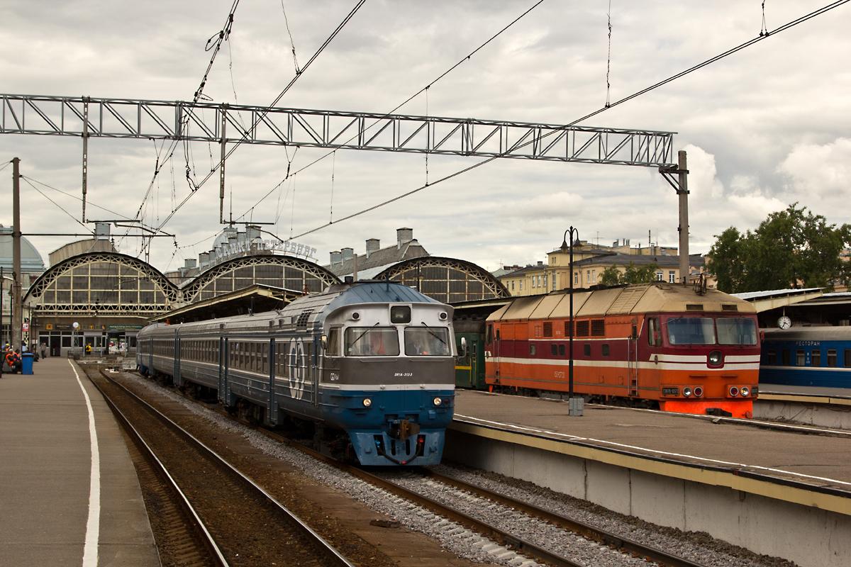 ДР1А-312/228 и ТЭП70-0373 с Кишенёвским поездом. Витебский вокзал