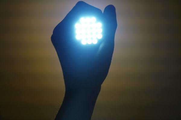свет в руке