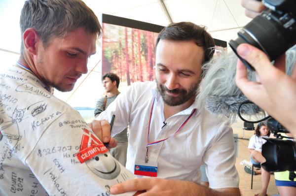 пономарев оставляет активисту автограф на память