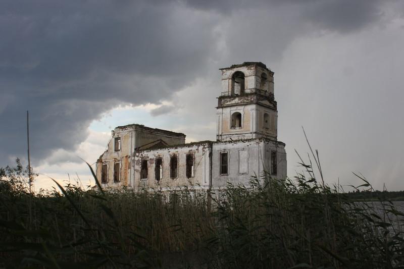 Грозный, но всё равно красивый вид любимого храма-маяка. Фото: Сергей Фоменко