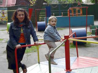 КИРИЛЛ: c мамой в детском парке