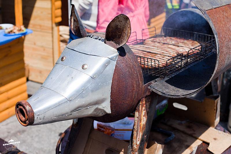 Русская молодежь на пикнике моют машину