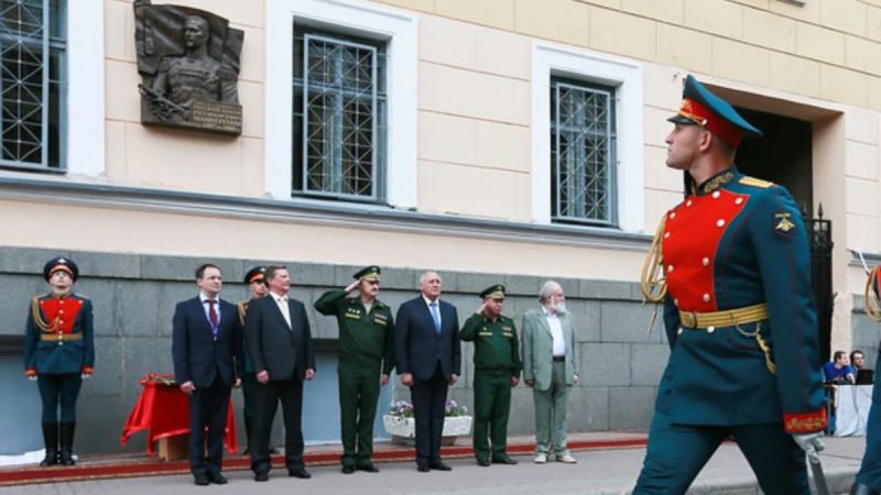 Фото открытых источников. Мемориальная доска фельдмаршалу Маннергейму. Российские военные проходят торжественным маршем