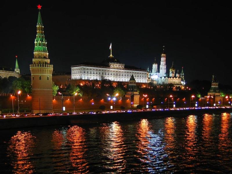 Картинка с https://pixabay.com/photos/russia-moscow-the-kremlin-night-1383421/