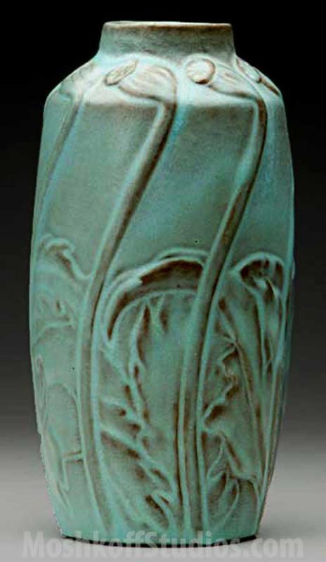 одна из характерных керамических ваз производства Van Briggle с глазурями повторяющими потерянные глазури эпохи Минг