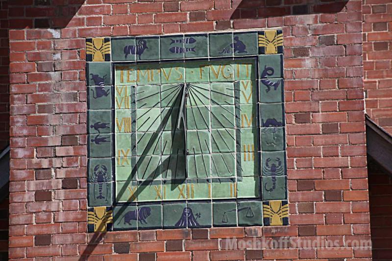 солнечные часы с астрологическими символами на фасаде фабрики Van Briggle
