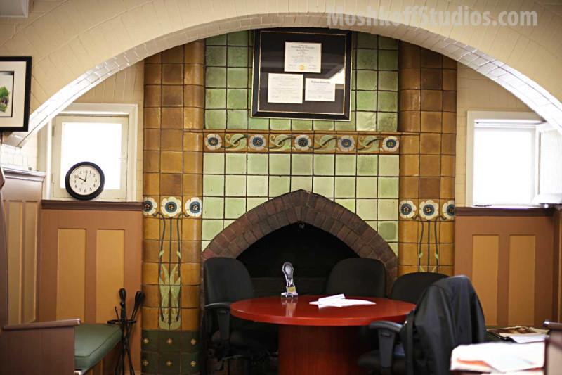 Каминный портал из керамической плитки ручной работы Van Briggle - в кабинете директора коллежда