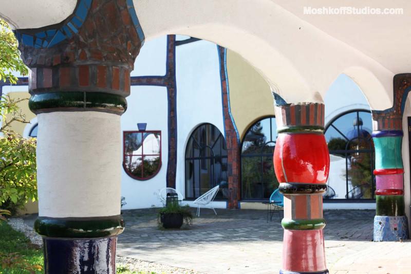 керамические колонны в центральном дворике Bad Blumau, фото Ксения Пирвиц MoshkoffStudios.com