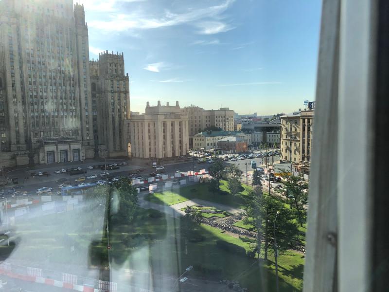 Из окна виден МИД. Смотреть на него можно прямо из душа, стена прозрачная