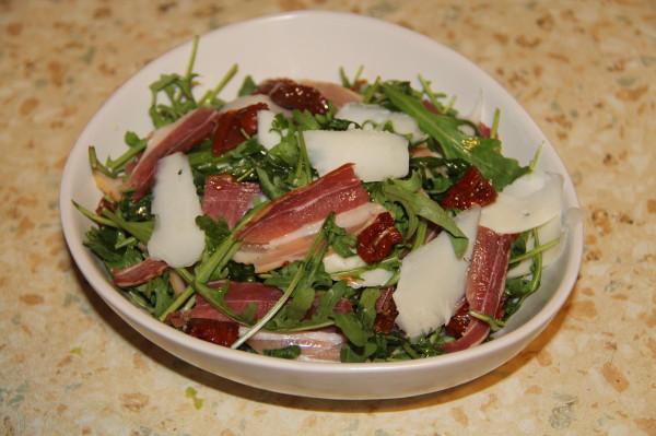 салат руккола с козьим сыром и вялеными томатами