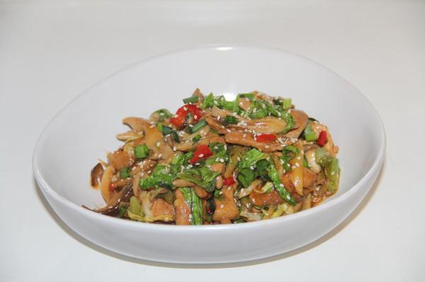 Вок стир-фрай со свининой, грибами и листовой зеленью_1