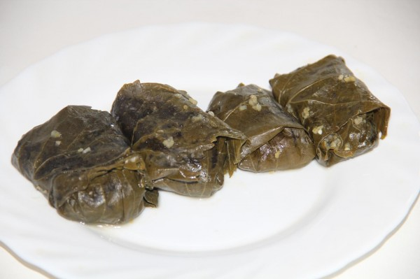 Голубцы из виноградных листьев, начиненные кукурузной кашей со шкварками_1