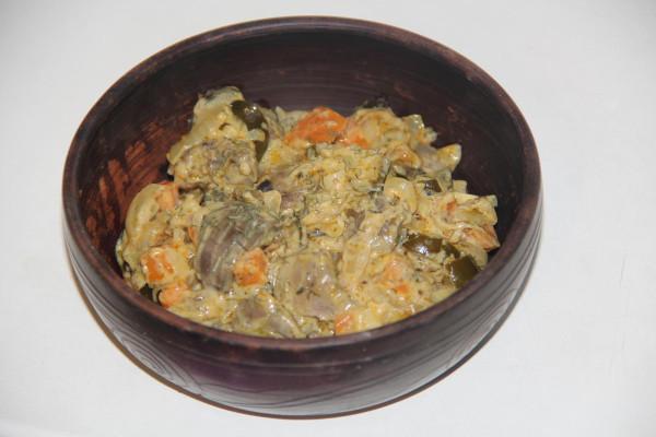 Почки свиные с солеными огурцами в сметанном соусе