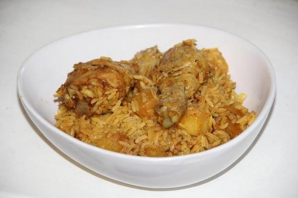 Карри с курицей, ананасом и жареным рисом