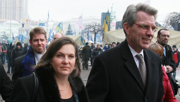 Assistant-US-Secretary-of-State-Victoria-Nuland-and-US-ambassador-to-Ukraine-Jeffrey-Payette-seen-after-meeting-with-the-Ukrainian-opposition-leaders-on-the-Nezalezhnost-