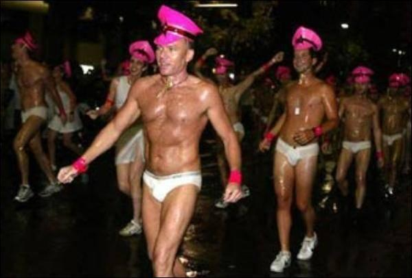 Геев учит безопасному сексу трансвестит с шарами (Видео) .