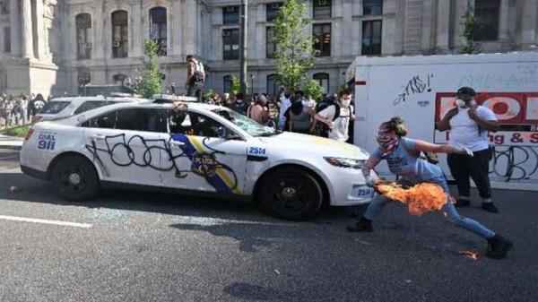 О вреде тату. Девушка из Филадельфии во время недавних протестов решила поджечь полицейскую машину