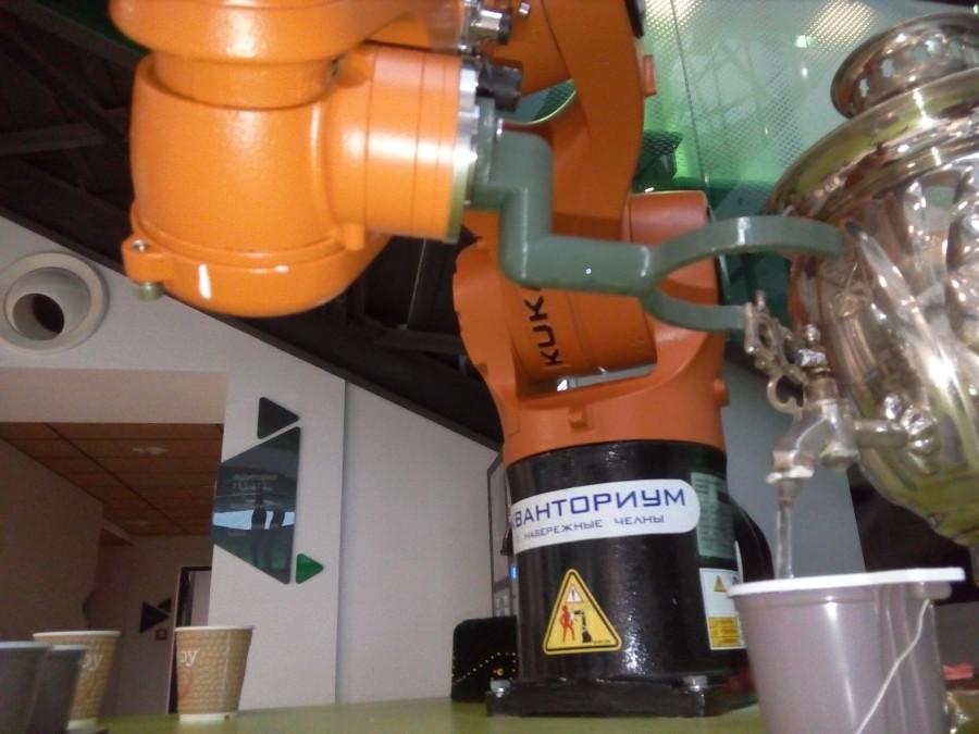 Впервые в жизни мне сделал чай робот и даже подал его!
