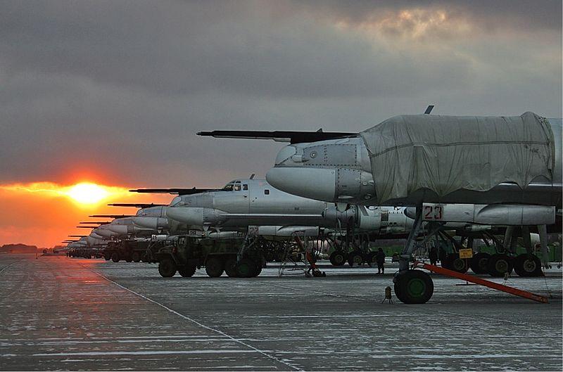 800px-Lineup_of_Tu-95_at_Engels_Air_Base