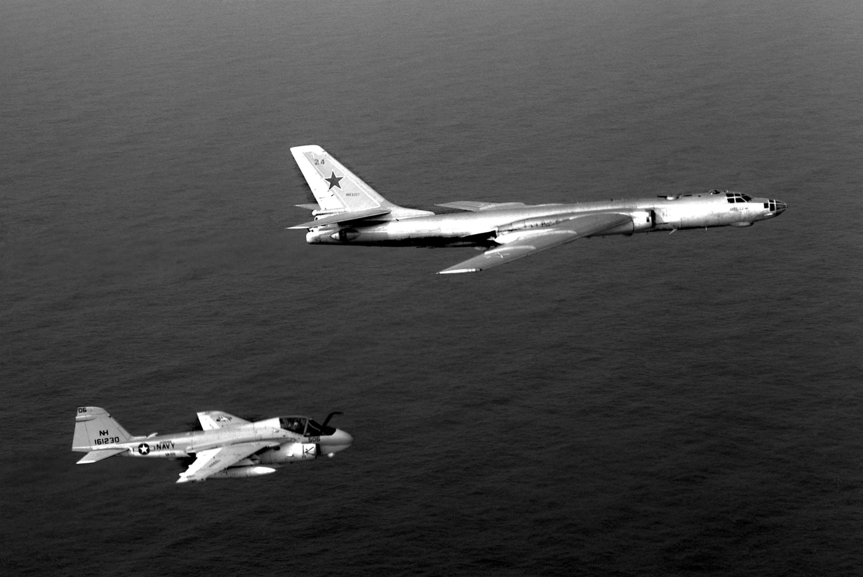 A-6E_VA-95_Tu-16_1982