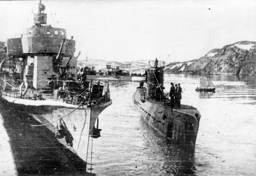 Дизельная подводная лодка. IX-бис серии. (С-56). -  Подводная лодка «С-56». Полярный, 1944 г. Слева сторожевой корабль типа «Ураган». - 5
