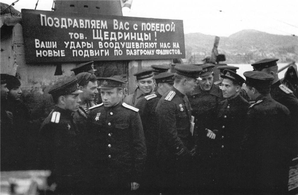 Дизельная подводная лодка. IX-бис серии. (С-56). -  Торжественная встреча «С-56» в Полярном.Возможно, 21 июля 1943 года. - 6
