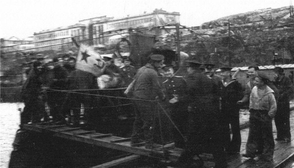 Дизельная подводная лодка. IX-бис серии. (С-56). -  Торжественная встреча «С-56» в Полярном.Возможно, 21 июля 1943 года. - 7