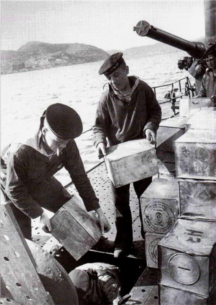 Дизельная подводная лодка. IX-бис серии. (С-56). -  Подготовка одной из «эсок» СФ к боевому походу. Погрузка продовольствия. - 8