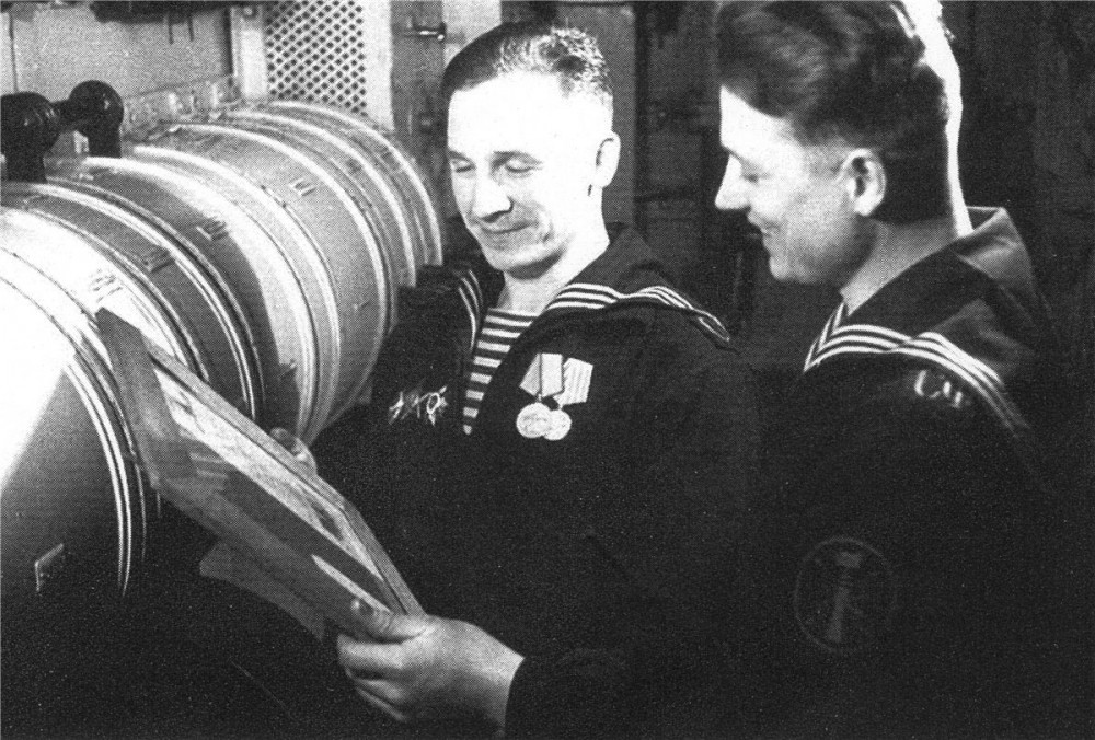 Дизельная подводная лодка. IX-бис серии. (С-56). -  Шифровальщик «С-56» В.И. Корзинкин и акустик К.И. Круглов, 1944 г. - 11