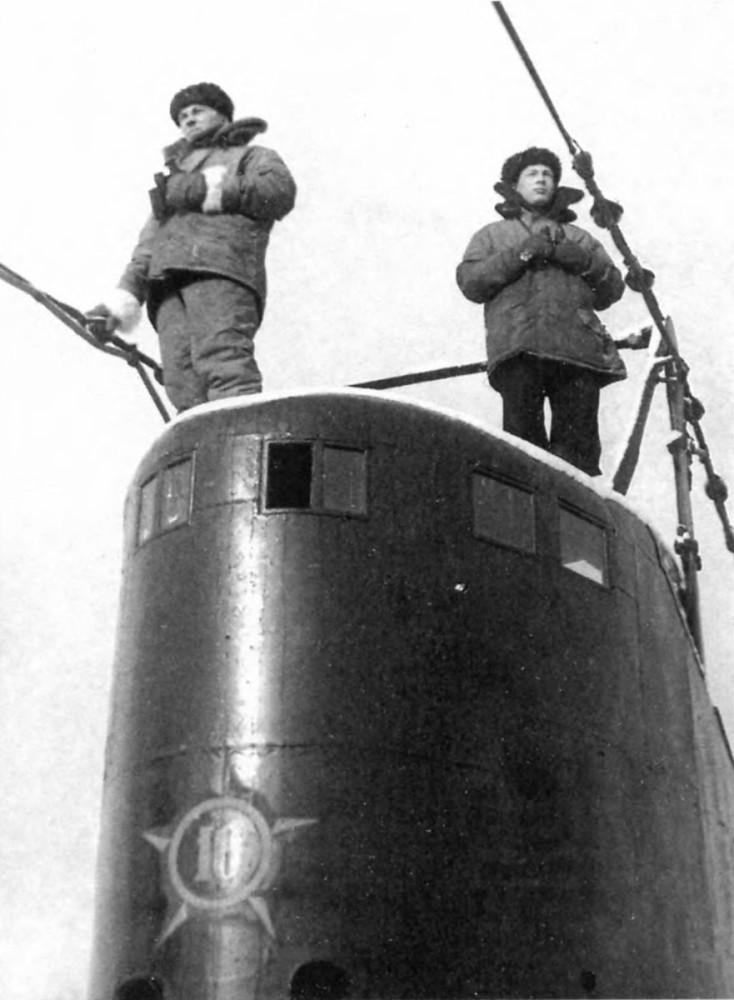 Дизельная подводная лодка. IX-бис серии. (С-56). - Рулевые-сигнальщики «С-56» Д.С. Подковырин и В.И Легченков, зима 1945 г. - 15