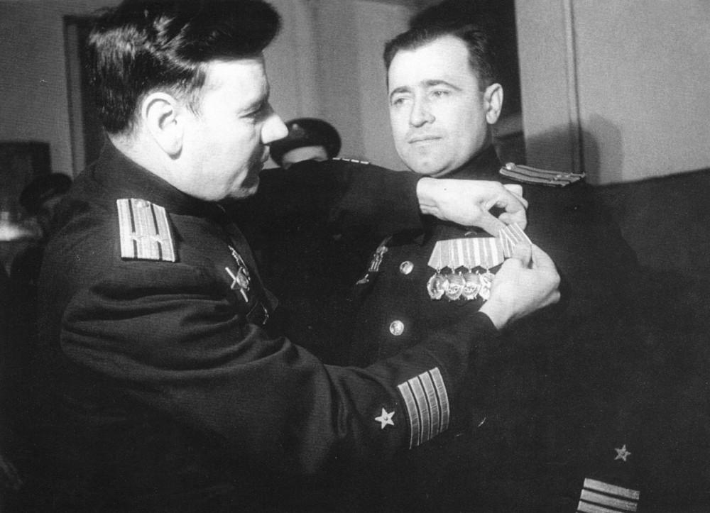 Дизельная подводная лодка. IX-бис серии. (С-56). - Капитан 2 ранга И.Ф. Кучеренко вручает командиру «С-56» капитану 3 ранга Г.И. Щедрину медаль «За оборону Заполярья» 76