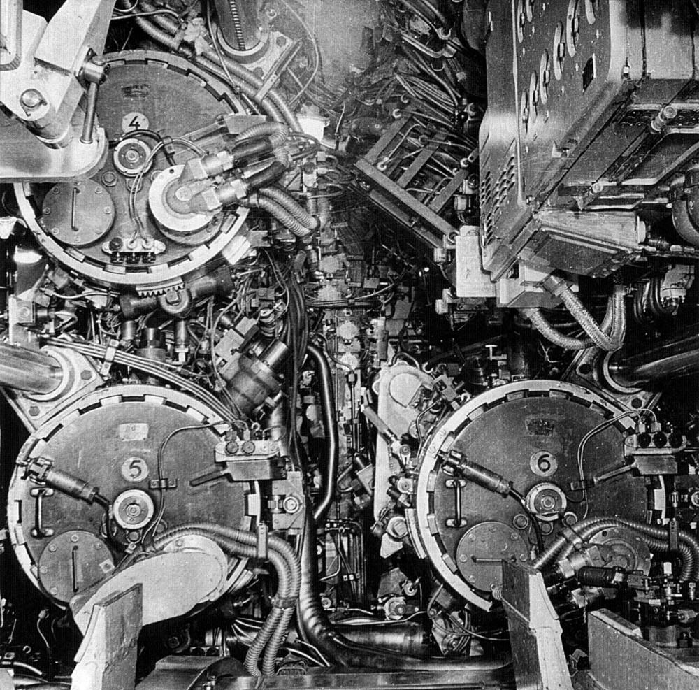 На атомной подводной лодке проекта 705 были впервые установлены пневмогидравлические торпедные аппараты, обеспечивающие стрельбу во всем диапазоне глубины погружения