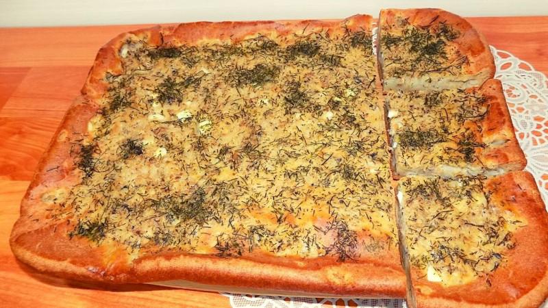 Заливной пирог с консервированной рыбой рисом и яйцом