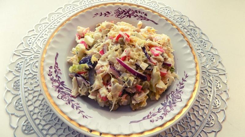 крабовый салат с капустой и яйцом