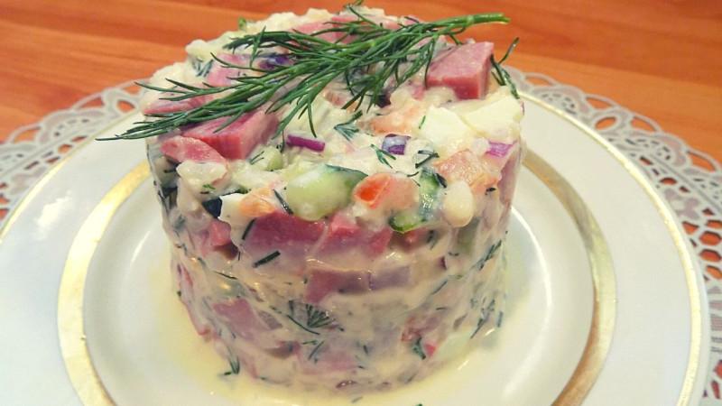 Салат из жаренной колбасы с рисом