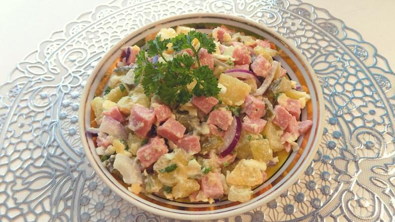 Картофельный салат с солеными огурцами, сосисками и плавленым сыром