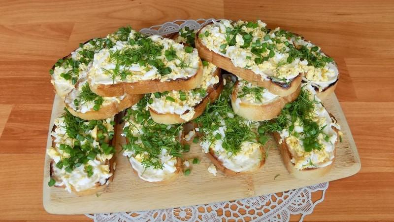 Остренькие бутерброд с чесноком и яйцами