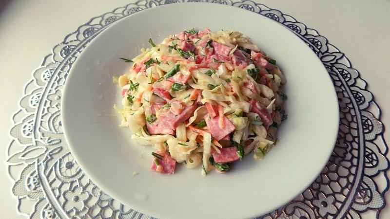салатик из капусты с полукопченой колбасой