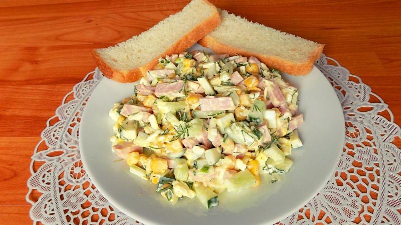 Салат из колбасы с кукурузой и яйцами