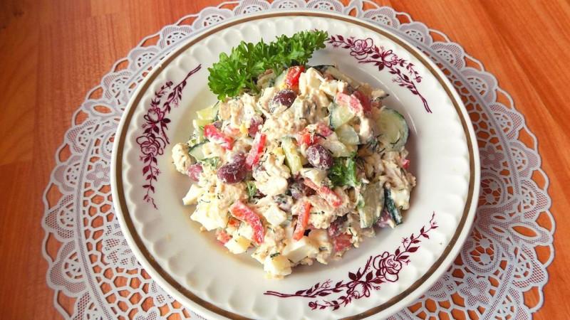 Салат из куриной грудки с красной фасолью