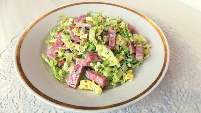 Салат из савойской капусты с колбасой