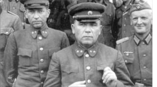 Сдавшиеся в пленв августе 1941 г. генерал-лейтенанты Понеделин и Кириллов позируют вместе с немецкими офицерами