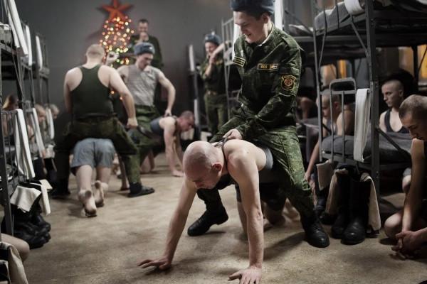 Как опускают в армии и тюрьме. В чем разница