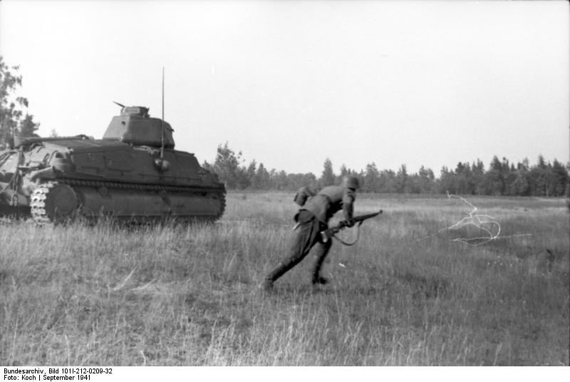 Bundesarchiv_Bild_101I-212-0209-32,_Russland-Nord,_Panzer_und_Soldat
