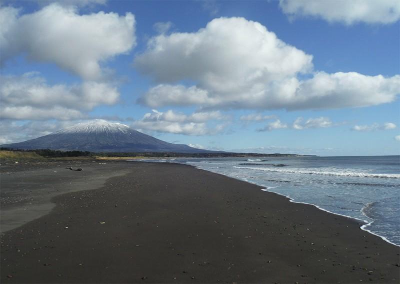 Черный вулканический песок тихоокеанского побережья.